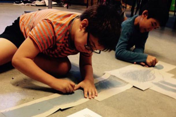 Drengene i 4.a tegner store dinosauer