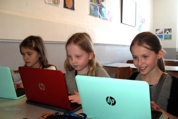 Tre piger der skriver løs i faseugen